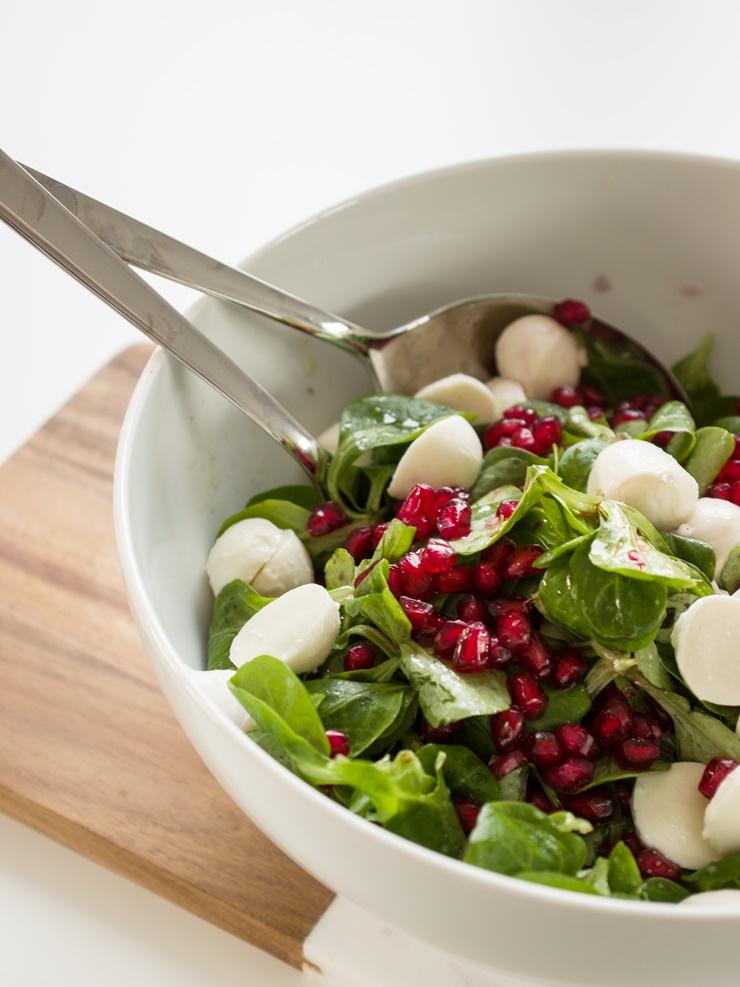 Feldsalat mit Mozzarella & Granatapfel